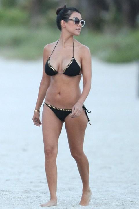 0719-kim-kourtney-kardashian-bikini-03-480x720